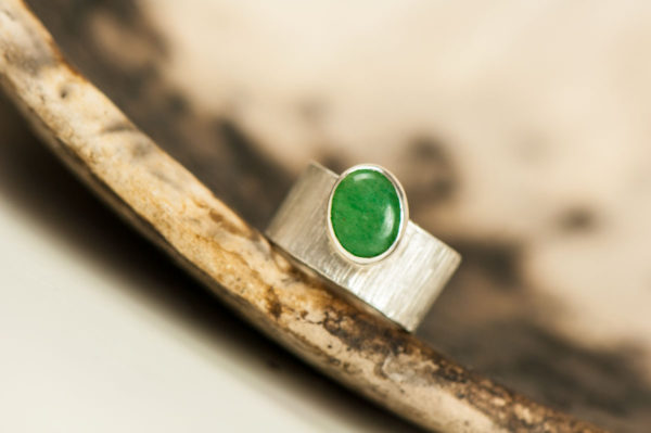Broad textured band with aventurine quartz stone.